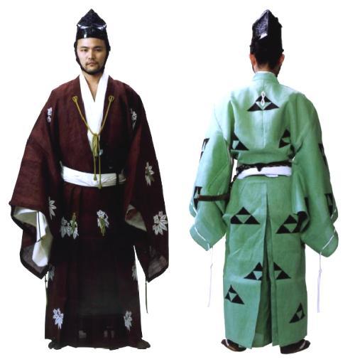 Современная реконструкция самурая в костюме даймон. Слева самурай в коричневом хитатарэ с белыми гербами саса риндо, говорящими о его принадлежности к одной из ветвей Мураками Гэндзи, справа – самурай в бледно-зеленом хитатарэ, украшенном черными гербами Ходзё – мицу-уроко. Оба костюма из коллекции Токийского Музея Костюма.
