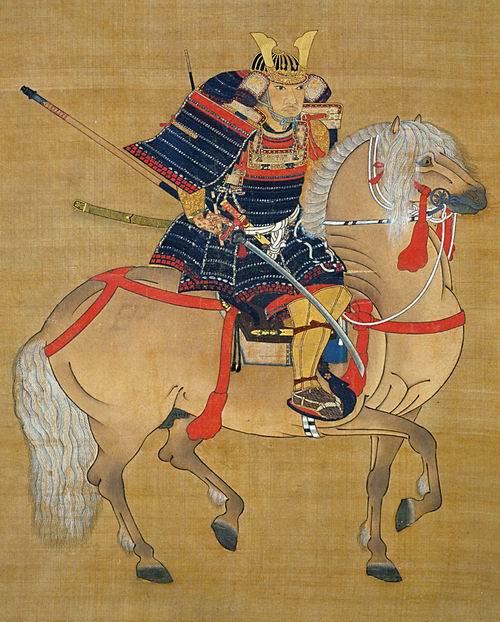 Конный портрет Хосокава Сумимото – один из самых известных портретов самураев. Молодой воин одет в черный доспех домару с верхними рядами наплечников содэ и набрюшника до, переплетенных красным шелковым шнуром (ката-ака куро-ито домару). Бедра прикрыты черными набедренниками хаидатэ с нижним рядом пластинок, также переплетенных красным шнуром. Богатство и влиятельность воина подчеркивают позолоченные наголенники сунэатэ с высоким наколенником и позолоченная кувагата на шлеме. В руке Сумимото держит нагамаки – разновидность меча с очень длинной рукоятью. На крупе лошади можно рассмотреть клеймо в виде трех соединяющихся ромбов – мицумэ.
