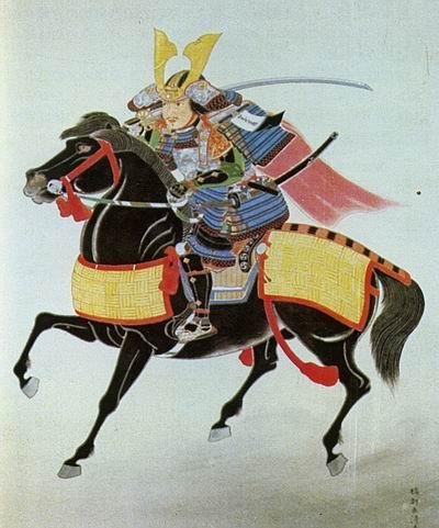 """Конный портрет Оути Ёсихиро. Ёсихиро изображен в великолепом доспехе о-ёрой с синей шнуровкой в стиле цумадори одоси. Шлем украшен широкими """"рогами"""" кувагата, характерными для XIV в., а фукигаэси, котэ и сунэатэ несут позолоченные гербы Оути. К доспеху привязана красная накидка хоро, а на левом наплечнике прикреплен отличительный знак содэ-дзируси. Слева на поясе висит длинный меч тати, и короткий утигатана заткнут за пояс, а на плече Ёсихиро держит большой """"полевой"""" меч нодати. Обратите внимание на конский доспех ума-ёрой, сделанный, вероятно, из кожи – это одно из редчайших современных изображений конского доспеха. Ни один из экземпляров того времени не сохранился до наших дней, и старейшие известные образцы относятся только к эпохе Эдо."""