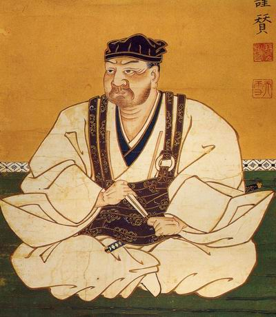Рюдзодзи Таканобу изображен в монашеском облачении -робесугата и шапочкедзукин. Через плечо перекинута сума кэса. Хотя кэса должна символизировать суму нищего, сшитую из лоскутьев, ее часто шили из шелка или парчи ибогато украшали вышивкой.