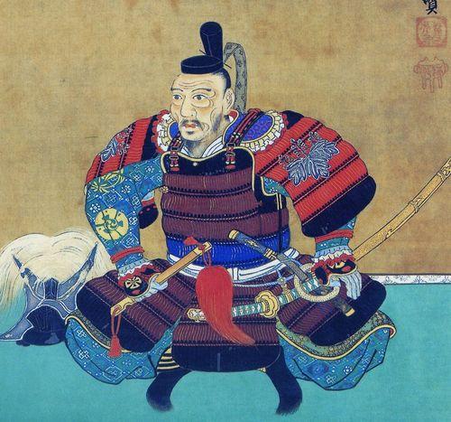 Тоётоми Хидэёси изображен в пурпурном доспехе домару с красными наплечниками содэ, украшенными чеканными изображениями павлонии - семейного герба Тоётоми, традиционно следующего вторым после императорского герба,  хризантемы. В качестве головного убора служит шапочка кампаку - первого министра, правяшего от имени императора. Изображенный на картине доспех сохранился до наших дней. Хидэёси мог носить его в период между 1585 г., когда ему была пожалована фамилия Тоётоми и звание кампаку, до 1590 г., когда после разгрома Ходзё он перестал участвовать в военных кампаниях.