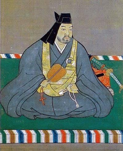 Уэсуги Кэнсин в монашескои одеянии, головном уборе и с сумой кэса через плечо.