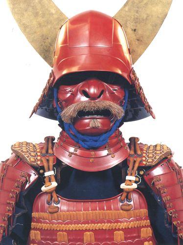 """Доспех третьего главы рода Ии, Ии Наотака (1590-1659). Воины рода Ии отличались красным цветом доспехов и знамен, отчего и получили свое название акаони - """"Красные демоны"""". Этот шлем, в частности, вдохновил Джорджа Лукаса на создание образа Дарта Вейдера в киноэпопее """"Звездные войны""""."""